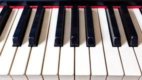 Κινηματογράφηση σε πρώτο πλάνο των παλαιών κλειδιών πιάνων Η ιδέα της έννοιας για την αγάπη της μουσικής και της μουσικής έμπνευσ στοκ εικόνα