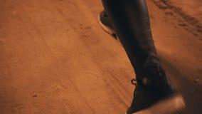 Κινηματογράφηση σε πρώτο πλάνο των ποδιών των γυναικών στα πάνινα παπούτσια οδηγώντας απόθεμα βίντεο
