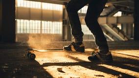 Κινηματογράφηση σε πρώτο πλάνο των ποδιών και των πάνινων παπουτσιών skateboard Στοκ φωτογραφίες με δικαίωμα ελεύθερης χρήσης