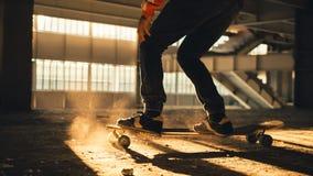 Κινηματογράφηση σε πρώτο πλάνο των ποδιών και των πάνινων παπουτσιών skateboard Στοκ εικόνα με δικαίωμα ελεύθερης χρήσης