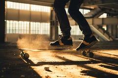 Κινηματογράφηση σε πρώτο πλάνο των ποδιών και των πάνινων παπουτσιών skateboard Στοκ Εικόνες