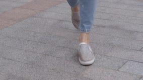 Κινηματογράφηση σε πρώτο πλάνο των ποδιών μιας γυναίκας που περπατούν στο πεζοδρόμιο απόθεμα βίντεο