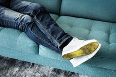 Κινηματογράφηση σε πρώτο πλάνο των ποδιών προσώπων ` s που κάθονται στον καναπέ στοκ φωτογραφία με δικαίωμα ελεύθερης χρήσης