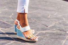 Κινηματογράφηση σε πρώτο πλάνο των ποδιών της γυναίκας με τα σανδάλια στοκ εικόνες