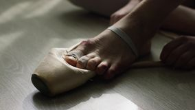 Κινηματογράφηση σε πρώτο πλάνο των ποδιών του ballerina Η κινηματογράφηση σε πρώτο πλάνο, επιδεμένος με τα μπαλώματα, πόδια συνεδ φιλμ μικρού μήκους