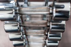 Κινηματογράφηση σε πρώτο πλάνο των πολλαπλάσιων barbells στο ράφι στη γυμναστική στοκ εικόνες