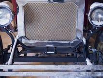 Κινηματογράφηση σε πρώτο πλάνο των προβολέων του κόκκινου εκλεκτής ποιότητας αυτοκινήτου έκθεση Στοκ Εικόνα
