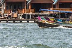 Κινηματογράφηση σε πρώτο πλάνο των σπιτιών που στηρίζονται στα σπίτια ξυλοποδάρων nga κόλπων phang Ταϊλάνδη στοκ φωτογραφία με δικαίωμα ελεύθερης χρήσης
