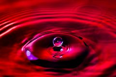 Κινηματογράφηση σε πρώτο πλάνο των σταγονίδιων ενός νερού που προσκρούουν στην επιφάνεια νερού στοκ εικόνες με δικαίωμα ελεύθερης χρήσης