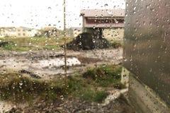 Κινηματογράφηση σε πρώτο πλάνο των σταγόνων βροχής στο παράθυρο στοκ εικόνα