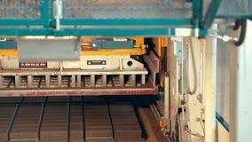 Κινηματογράφηση σε πρώτο πλάνο των συγκρατήσεων συγκεκριμένων δρόμων στο εργοστάσιο για την παραγωγή των προϊόντων τσιμέντου, πλά απόθεμα βίντεο