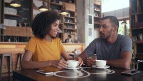 Κινηματογράφηση σε πρώτο πλάνο των φίλων στον καφέ απόθεμα βίντεο