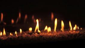 Κινηματογράφηση σε πρώτο πλάνο των φλογών πυρκαγιάς σε μια καπνοδόχο