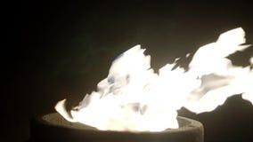 Κινηματογράφηση σε πρώτο πλάνο των φλογών τη νύχτα Κάτω από τη δύναμη του αέρα, η φλόγα έκλινε στο δικαίωμα Είναι πολύ όμορφο φιλμ μικρού μήκους