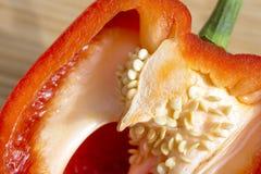 Κινηματογράφηση σε πρώτο πλάνο των φρέσκων κόκκινων κεντρικών σπόρων πιπεριών κουδουνιών, υγιής κατανάλωση Στοκ φωτογραφία με δικαίωμα ελεύθερης χρήσης