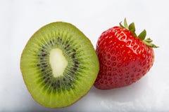 Κινηματογράφηση σε πρώτο πλάνο των φραουλών και των τεμαχισμένων φρούτων ακτινίδιων Στοκ φωτογραφία με δικαίωμα ελεύθερης χρήσης