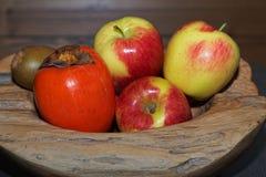 Κινηματογράφηση σε πρώτο πλάνο των φρούτων σε ένα ξύλινο κύπελλο στοκ φωτογραφίες