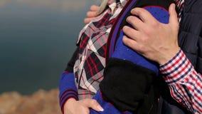 Κινηματογράφηση σε πρώτο πλάνο των χεριών ανδρών ` s που αγκαλιάζουν τη γυναίκα στο πάρκο απόθεμα βίντεο