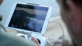 Κινηματογράφηση σε πρώτο πλάνο των χεριών ατόμων ` s με έναν τηλεχειρισμό που πετά ένα μικρό παιχνίδι quadcopter στη φύση απόθεμα βίντεο