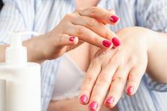 Κινηματογράφηση σε πρώτο πλάνο των χεριών γυναικών που εφαρμόζουν το crea στοκ εικόνα με δικαίωμα ελεύθερης χρήσης