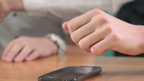 Κινηματογράφηση σε πρώτο πλάνο των χεριών δύο ατόμων που κρατούν smartphones απόθεμα βίντεο