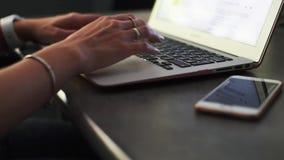 Κινηματογράφηση σε πρώτο πλάνο των χεριών επιχειρησιακών γυναικών που δακτυλογραφούν στο πληκτρολόγιο lap-top φιλμ μικρού μήκους