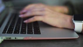 Κινηματογράφηση σε πρώτο πλάνο των χεριών επιχειρησιακών γυναικών που δακτυλογραφούν στο πληκτρολόγιο lap-top απόθεμα βίντεο