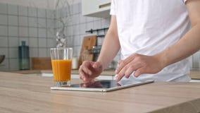 Κινηματογράφηση σε πρώτο πλάνο των χεριών και δάχτυλα ενός επιχειρησιακού ατόμου που τρυπά την οθόνη ενός υπολογιστή ταμπλετών Κλ απόθεμα βίντεο