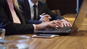 Κινηματογράφηση σε πρώτο πλάνο των χεριών μιας γυναίκας που δακτυλογραφεί κάτι στο πληκτρολόγιο υπολογιστών απόθεμα βίντεο