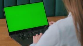 Κινηματογράφηση σε πρώτο πλάνο των χεριών μιας γυναίκας που λειτουργούν στην πράσινη οθόνη σε ένα lap-top 4k πυροβολισμός φιλμ μικρού μήκους