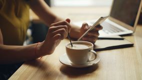 Κινηματογράφηση σε πρώτο πλάνο των χεριών της γυναίκας που αναμιγνύουν τον καφέ στο φλυτζάνι και που χρησιμοποιούν τη χαλάρωση sm φιλμ μικρού μήκους