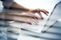 Κινηματογράφηση σε πρώτο πλάνο των χεριών της δακτυλογράφησης επιχειρηματιών σε ένα lap-top Στοκ Εικόνες
