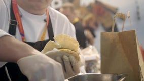 Κινηματογράφηση σε πρώτο πλάνο των χεριών του αρχιμάγειρα που κάνει τα υγιή φρέσκα fajitas ή τα fajitos με το βόειο κρέας Εύκολος απόθεμα βίντεο