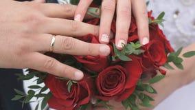 Κινηματογράφηση σε πρώτο πλάνο των χεριών των newlyweds φιλμ μικρού μήκους