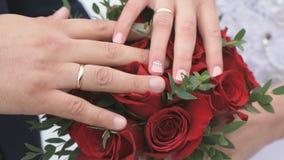 Κινηματογράφηση σε πρώτο πλάνο των χεριών των newlyweds απόθεμα βίντεο