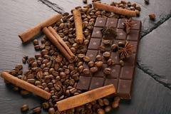 Κινηματογράφηση σε πρώτο πλάνο των ψημένων arabica φασολιών καφέ, σκοτεινός φραγμός σοκολάτας Στοκ φωτογραφία με δικαίωμα ελεύθερης χρήσης