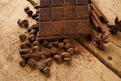 Κινηματογράφηση σε πρώτο πλάνο των ψημένων arabica φασολιών καφέ, σκοτεινός φραγμός σοκολάτας Στοκ Εικόνες