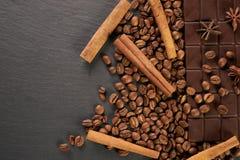 Κινηματογράφηση σε πρώτο πλάνο των ψημένων arabica φασολιών καφέ, σκοτεινός φραγμός σοκολάτας Στοκ εικόνα με δικαίωμα ελεύθερης χρήσης
