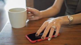 Κινηματογράφηση σε πρώτο πλάνο των όμορφων χεριών woman's στοκ φωτογραφίες