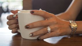 Κινηματογράφηση σε πρώτο πλάνο των όμορφων χεριών woman's στοκ εικόνα με δικαίωμα ελεύθερης χρήσης