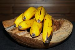 Κινηματογράφηση σε πρώτο πλάνο των ώριμων κίτρινων μπανανών σε ένα ξύ στοκ εικόνες με δικαίωμα ελεύθερης χρήσης