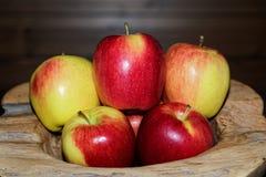 Κινηματογράφηση σε πρώτο πλάνο των ώριμων κόκκινων κίτρινων μήλων σε  στοκ φωτογραφίες με δικαίωμα ελεύθερης χρήσης