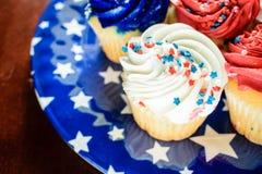 Κινηματογράφηση σε πρώτο πλάνο των cupcakes στο πιάτο - έννοια εορτασμού Στοκ φωτογραφία με δικαίωμα ελεύθερης χρήσης