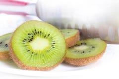 Κινηματογράφηση σε πρώτο πλάνο των juicy και εύγευστων τεμαχισμένων φρούτων ακτινίδιων σε ένα πιάτο Στοκ Φωτογραφία
