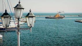 Κινηματογράφηση σε πρώτο πλάνο φαναριών ενάντια στη θάλασσα Σκάφη που πλέουν με τη θάλασσα Seagulls μύγα πέρα από το νερό απόθεμα βίντεο