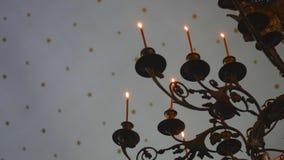 Κινηματογράφηση σε πρώτο πλάνο φλογών κεριών στον ινδικό ναό σε ένα θρησκευτικό φεστιβάλ Diwali Ελαιολυχνία στο όμορφο κηροπήγιο  φιλμ μικρού μήκους