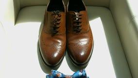 Κινηματογράφηση σε πρώτο πλάνο φωτισμένος με τα φυσικούς ελαφριούς παπούτσια ατόμων ` s και το δεσμό τόξων Παπούτσια και να βρεθε φιλμ μικρού μήκους