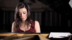 Κινηματογράφηση σε πρώτο πλάνο, χέρια, κορίτσι, παιχνίδι, πιάνο, όργανο απόθεμα βίντεο