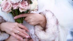 Κινηματογράφηση σε πρώτο πλάνο, χέρια των newlyweds με τα γαμήλια δαχτυλίδια γαμήλιος χειμώνας νεόνυμφων νυφών υπαίθρια απόθεμα βίντεο