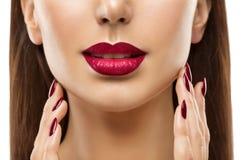 Κινηματογράφηση σε πρώτο πλάνο χειλικών καρφιών, ομορφιά Makeup, κόκκινο δέρμα γυναικών προσώπου κραγιόν στοκ εικόνα